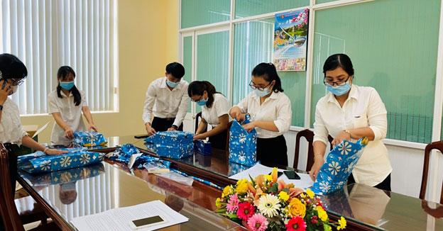 Đoàn viên chi đoàn cùng nhau chuẩn bị quà để tặng cho các bé sau khi hết giờ giao dịch